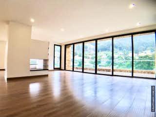 Una vista de una sala de estar con un gran ventanal en APARTAMENTO VENTA EL REFUGIO, BOGOTA