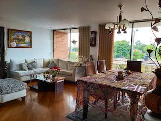 Una sala de estar llena de muebles y una mesa en Apartamento en venta en Carlos Lleras de 113 mt con balcón