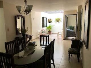 Una sala de estar llena de muebles y una ventana en Casa en venta en La Castellana, de 220mtrs2