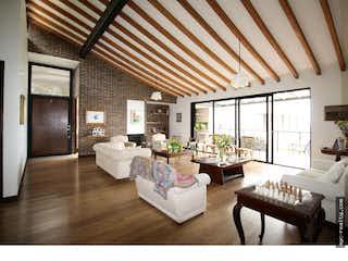 Una sala de estar llena de muebles y una ventana en Casa en venta en Alto de Las Palmas Indiana de 1500 mt con balcón