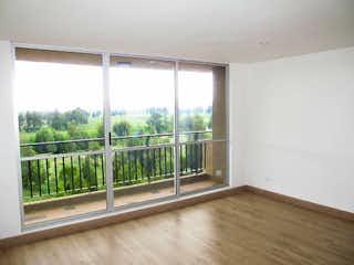 Una ventana que está en una habitación pequeña en Apartamento en venta en Madrid de tres habitaciones