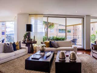 Una sala de estar llena de muebles y una gran ventana en Bosque Verde