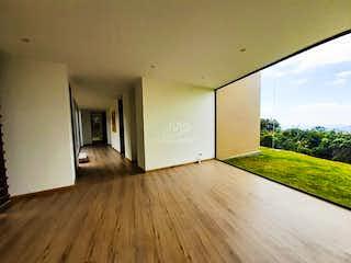 Una sala de estar llena de muebles y una televisión de pantalla plana en Condominio Portal de Fusca