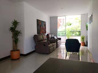 Una sala de estar llena de muebles y una televisión de pantalla plana en Apartamento en venta en Zúñiga de cuatro habitaciones