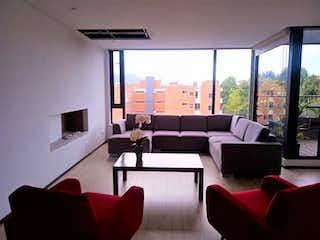 Una sala de estar llena de muebles y una gran ventana en Azafran