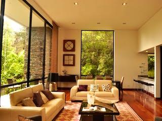 Una sala de estar llena de muebles y una gran ventana en Camino del Bosque Casas