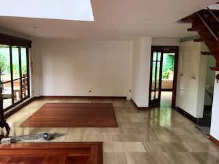 Una cocina con un suelo de madera y un suelo de madera en Casa ubicado en Fagua de 620mts2, dos niveles