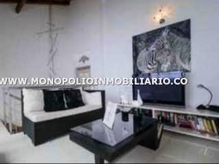 Una foto en blanco y negro de una sala de estar en MEGALLANES 160