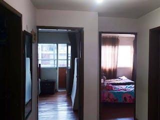 Una habitación con una puerta abierta a un dormitorio en -