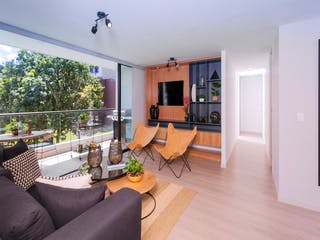 Una sala de estar llena de muebles y una televisión de pantalla plana en Niza