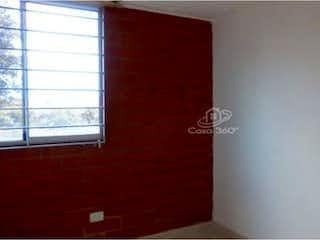 Una pared roja con una ventana en ella en -