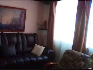 Una sala de estar con un sofá de cuero negro en -