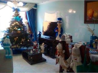 Un hombre sentado en un sofá en una sala de estar en Venta apto la Alejandria Kennedy-2315638