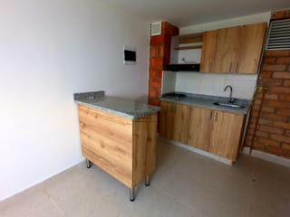 Una cocina con armarios de madera y electrodomésticos blancos en -
