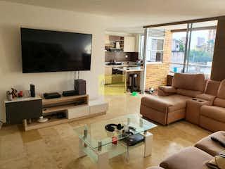 Una sala de estar llena de muebles y una televisión de pantalla plana en Apartamento en venta en Los Almendros de 102m2.