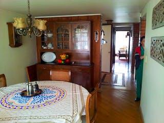Una habitación con una mesa y una mesa en Casa en venta en Barrio Niza de 2 niveles.