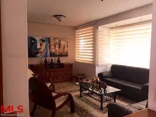 Una sala de estar llena de muebles y una ventana en Villa Grande