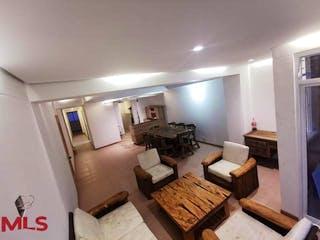 Una sala de estar llena de muebles y una mesa en Fuente Laureles