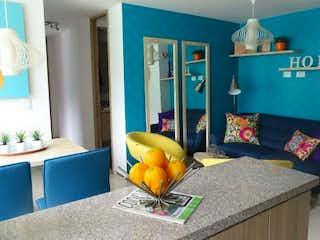 Una sala de estar con un sofá y una mesa en El Coral