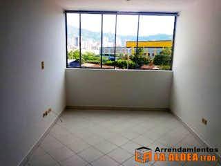 Un cuarto de baño con un inodoro y una ventana en IGUAZU