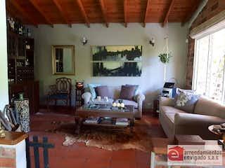 Una sala de estar llena de muebles y una ventana en HIMALAYA