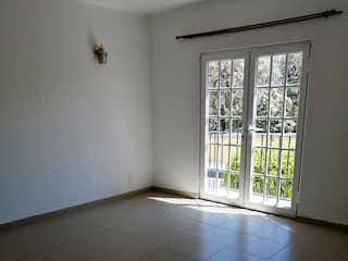 Un cuarto de baño con un inodoro y una ventana en Casa en venta en Colonia Tlalpan de 288 mt2.
