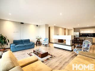 Una sala de estar llena de muebles y una mesa en Apartamento en venta en Barrio La Carolina de 3 Habitaciones