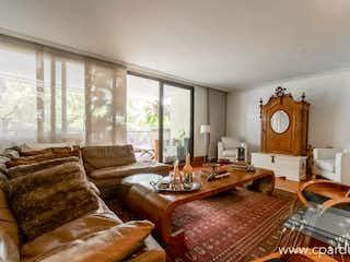 Una sala de estar llena de muebles y una gran ventana en Apartamento en venta en Los Balsos de 184 mt con balcón