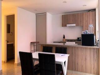 Una cocina que tiene una mesa y sillas en ella en Departamento en venta en Américas Unidas de 81mt2