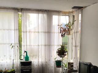 Una sala de estar llena de muebles y una ventana en Unidad residencial Colseguros