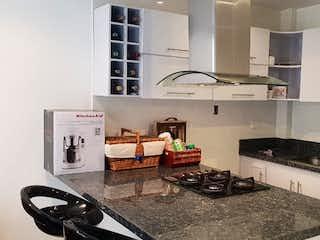 Una cocina con una estufa de fregadero y nevera en EDF