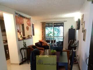 Una sala de estar llena de muebles y una mesa en Unidad Quintas de los Almendros