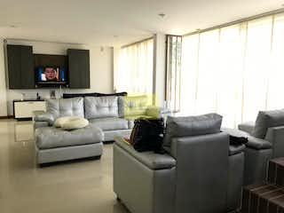 Una sala de estar llena de muebles y una televisión de pantalla plana en Casa en venta en Las Antillas, 170mt tres niveles.