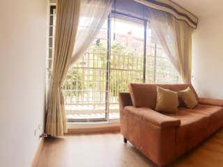 Una sala de estar llena de muebles y una ventana en Parque central salitre