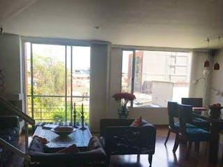 Una sala de estar llena de muebles y una ventana en Venta Apartamento Duplex Santa Bárbara, Bogotá