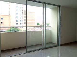 Un cuarto de baño con ducha y una ventana en Azure