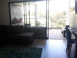 Una sala de estar llena de muebles y una ventana en santa maria campestre