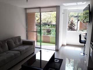 Una sala de estar llena de muebles y una ventana en NUEVO MILENIO