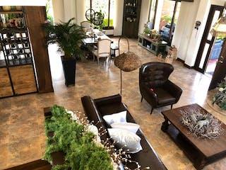 Una sala de estar llena de muebles y una chimenea en Casa en Venta en La Cabaña-Guarne de 2500 mt2.