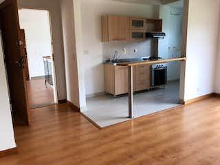 Una cocina con suelos de madera y armarios de madera en Apartamento en venta en San Antonio de Pereira, 46mt con balcon