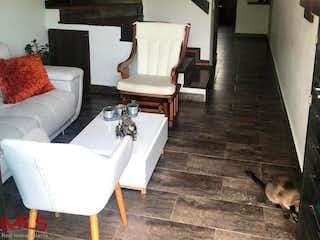 Una sala de estar llena de muebles y un gato en Monte Verde