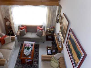 Una sala de estar llena de muebles y una televisión de pantalla plana en Casa en Magdala, Toberin - Tres alcobas