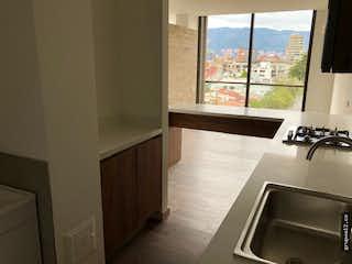 Una cocina con un lavabo y una ventana en Apartamento en venta en Barrio Pasadena de una habitacion