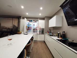 Una cocina con una estufa de fregadero y armarios en Apartamento en venta en Santa Paula de 138mt2 con terraza.