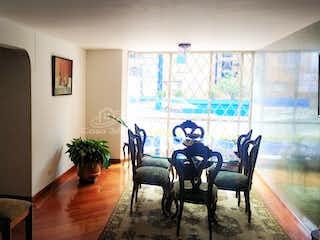 Una sala de estar llena de muebles y una gran ventana en Apartamento en venta en La Esmeralda de 103mt2
