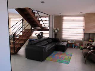 Una sala de estar llena de muebles y una ventana en Zarasota