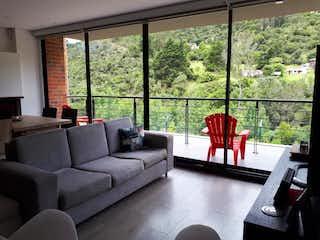Una sala de estar llena de muebles y una ventana en Apartamento en venta en El Salitre de una habitacion