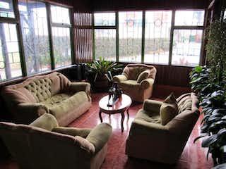 Una sala de estar llena de muebles y una gran ventana en Casa en venta en Mosquera El Diamante Oriental 4 habitaciones
