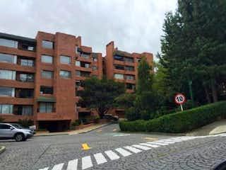 Una calle de la ciudad llena de altos edificios y árboles en Apartamento en venta en Bogota Balcón De Lindaraja 4 habitaciones
