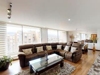 Una sala de estar llena de muebles y una gran ventana en Apartamento En Venta en Gilmar, de 178mtrs2 con balcón y chimenea